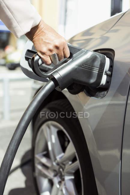 Bild von weiblicher Hand Auto Betanken beschnitten — Stockfoto