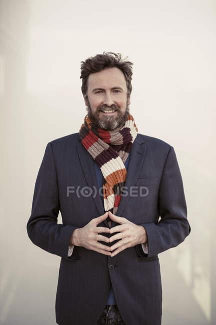 Portrait d'un homme d'affaires confiant debout à l'hôtel — Photo de stock