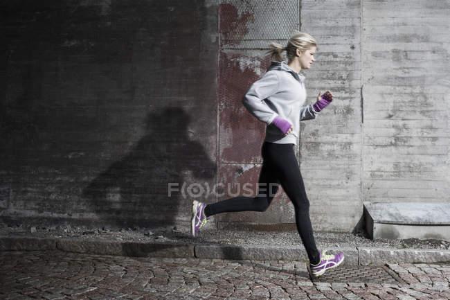 Повна довжина жінка пробіжки на вулиці — стокове фото