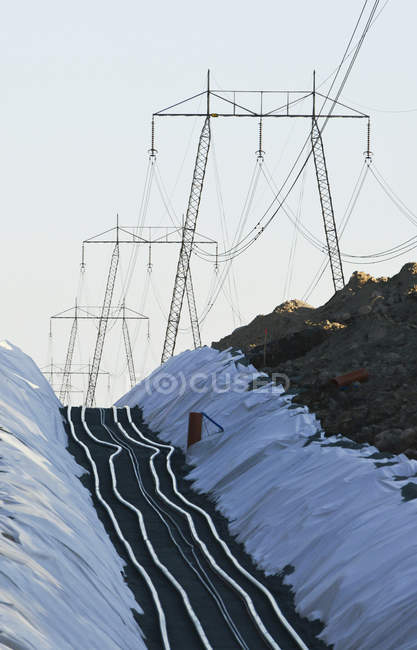 Power lines and cables against clear sky — Stock Photo