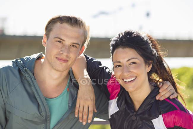 Портрет счастливой пары на открытом воздухе — стоковое фото