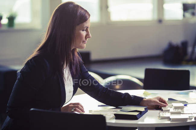 Businesswoman working at desk in office — Stock Photo