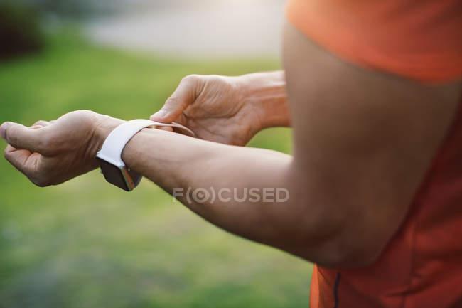Крупным планом человека носить смарт-часы — стоковое фото