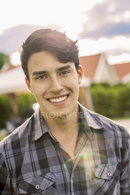 Porträt eines selbstbewussten jungen Mannes, der draußen lächelt — Stockfoto