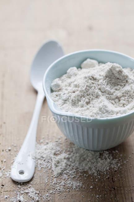 Taza de harina y una cuchara de mesa - foto de stock