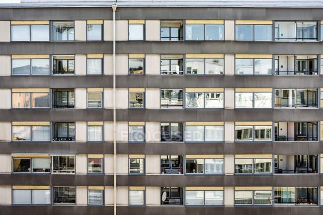 Вид окон в современном жилом здании — стоковое фото