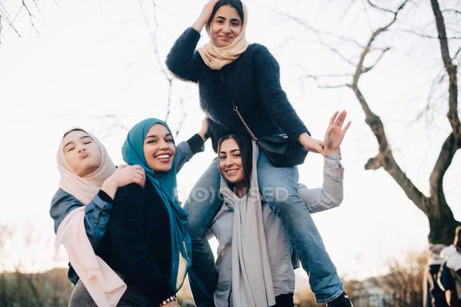 Ritratto di allegri amici femminili musulmani godendo contro il chiaro cielo — Foto stock