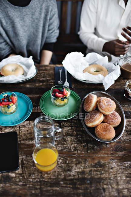 Mittelteil des multi-ethnischen Freunde, die Mahlzeit am Tisch im restaurant — Stockfoto