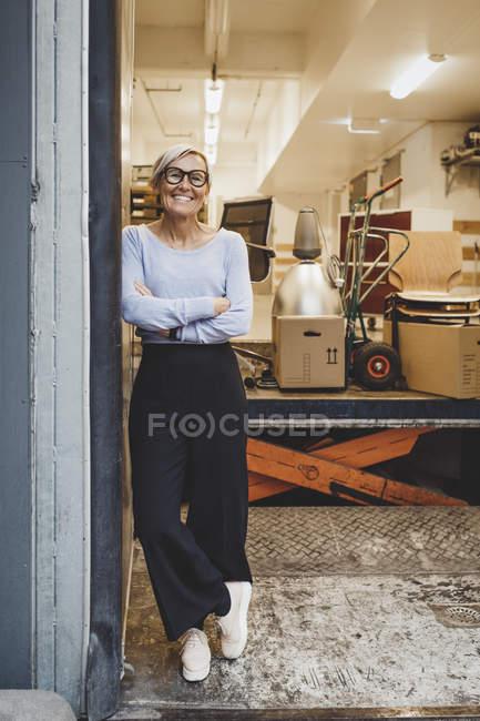 Повний портрет усміхненого зрілого бізнесмена, що стоїть з руки в новому офісі. — стокове фото