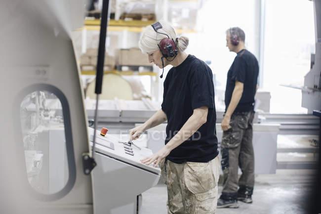 Arbeiterin steht mit Arbeitskollegin in der Industrie — Stockfoto