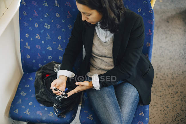 Frau macht Bluttest während Zugfahrt — Stockfoto