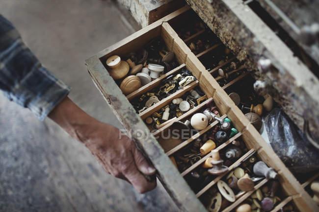 Imagem recortada da gaveta de abertura do artesão feminino com botões — Fotografia de Stock