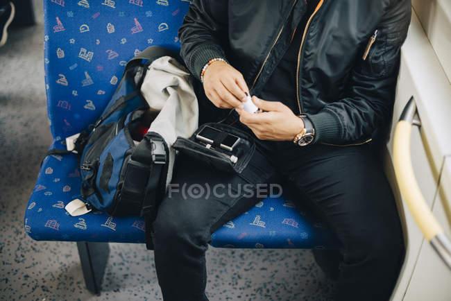 Mittelteil des Mannes macht Bluttest während er im Zug sitzt — Stockfoto