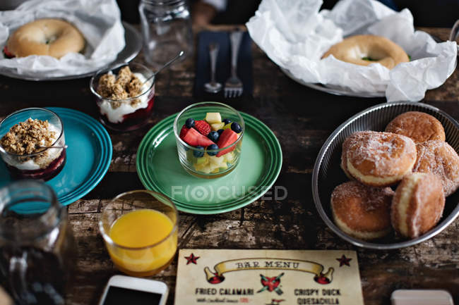 Vista di alto angolo di cibo fresco servito sul tavolo da pranzo al ristorante — Foto stock