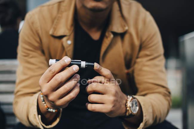Mittelteil des Mannes macht Bluttest während er auf Bank sitzt — Stockfoto