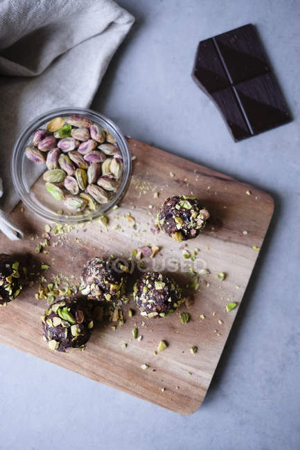 Vista di alto angolo del tartufo di cioccolato al pistacchio con ingredienti sul bancone della cucina — Foto stock