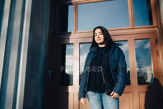 Mujer joven y atractiva vestida de moda en las calles de la ciudad - foto de stock