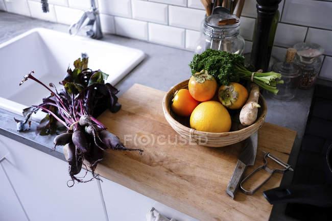 Vista de alto ângulo de frutas e verduras no balcão da cozinha — Fotografia de Stock