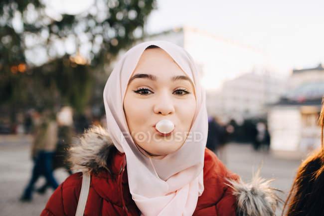 Hermosa chica con hijab en ropa de invierno - foto de stock