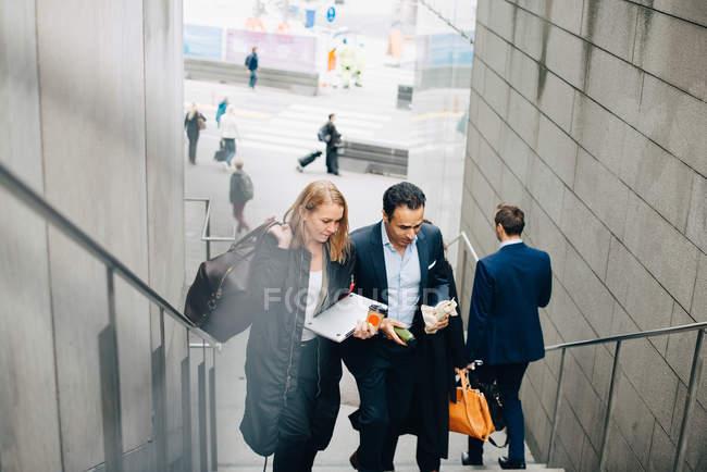 Висока кут зору колегам зрілі бізнес на сходи в місті — стокове фото