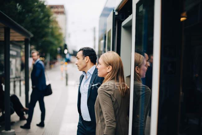 Reife Geschäftskollegen steigen in der Stadt aus Seilbahn — Stockfoto