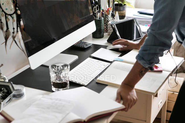 Обрезанные руки предприниматель дома с помощью компьютера — стоковое фото