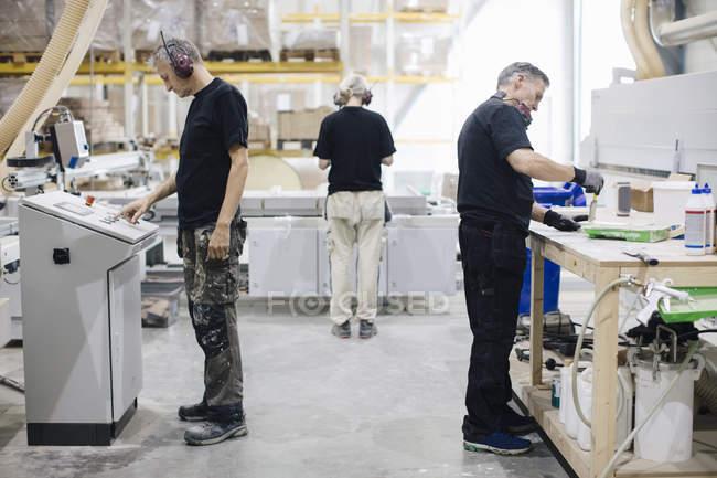 Vollbeschäftigung von Männern und Frauen in der Industrie — Stockfoto