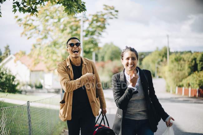 Glückliche Freunde bei sonnigem Wetter auf der Straße in der Stadt — Stockfoto