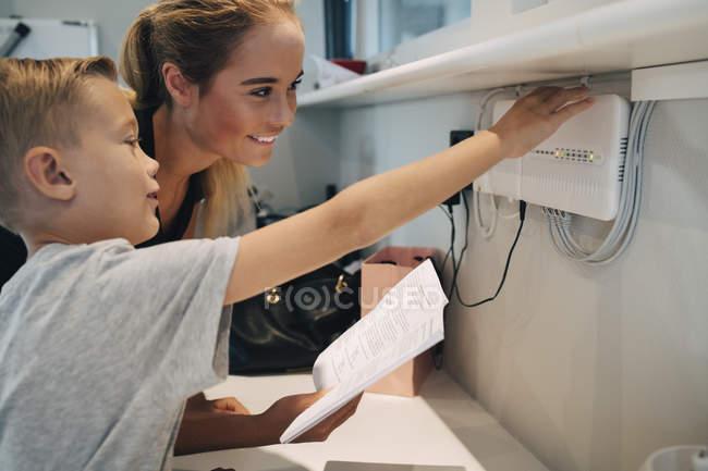 Братів і сестер регулювання побутової техніки з інструкцією по експлуатації будинку — стокове фото