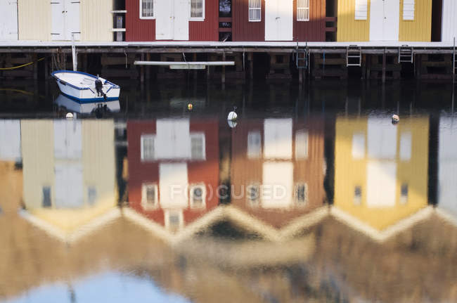 Reflexões de casas na água do Rio calmo — Fotografia de Stock