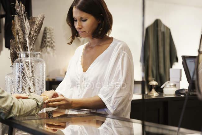 Хозяйка разговаривает с клиентом в магазине — стоковое фото