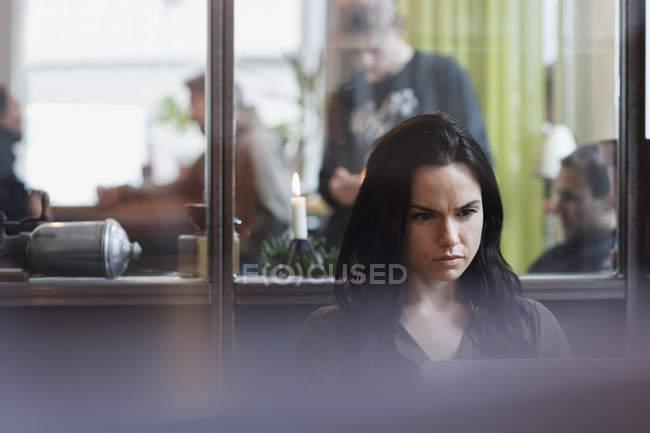 Entrepreneur féminin sérieux travaillant sur l'ordinateur portatif dans le bureau créateur — Photo de stock