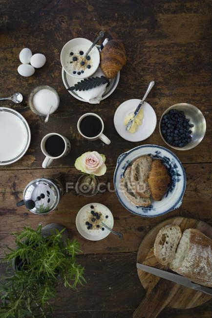 Directamente sobre la vista de desayuno sobre la mesa de madera - foto de stock