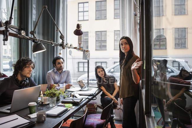 Kreative Geschäftsfrau präsentiert Kollegen in modernem Büro — Stockfoto