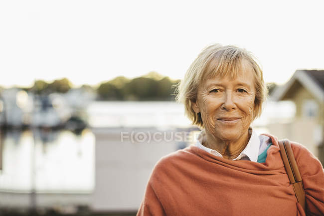 Портрет улыбающейся пожилой женщины на улице — стоковое фото