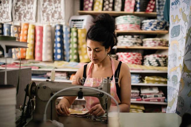 Жіноча швейна текстиль під час роботи в магазині тканини — стокове фото