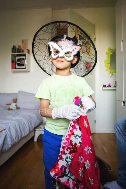 Portrait de garçon confiant en costume debout à la maison — Photo de stock