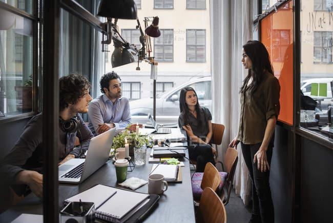 Geschäftsfrau hält Vortrag vor Mitarbeitern im Kreativbüro — Stockfoto