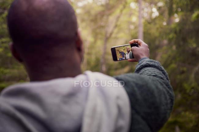 Mann unter Selfie mit Familie im Wald — Stockfoto