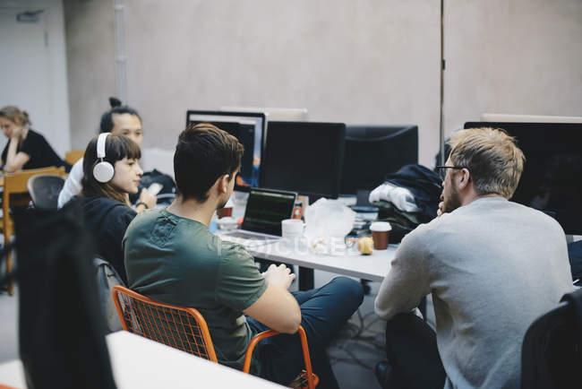 Программисты, обсуждение на стол в офисе — стоковое фото
