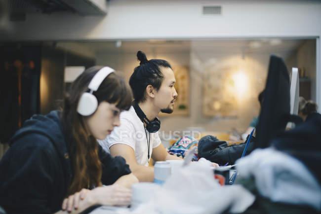 Vue latérale d'informaticiens travaillant au cabinet — Photo de stock