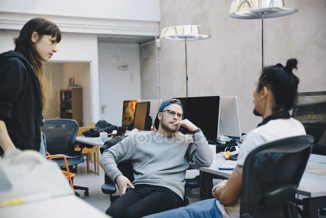 Программисты, обсуждает стратегию в творческих офис — стоковое фото