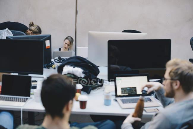 Programmeurs/programmeuses travaillant au Cabinet — Photo de stock
