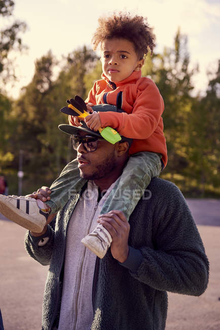 Father carrying boy on shoulders — Stock Photo