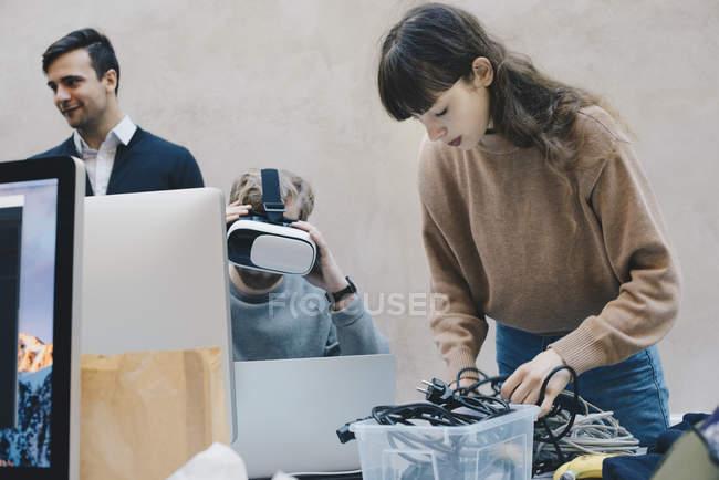 Programmeur informatique Vr lunettes tandis que les collègues de travail au bureau — Photo de stock