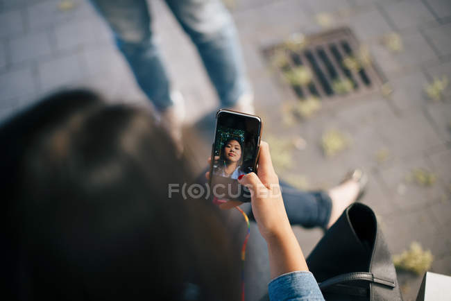 High angle view of teenage girl taking selfie from smart phone in city — Foto stock