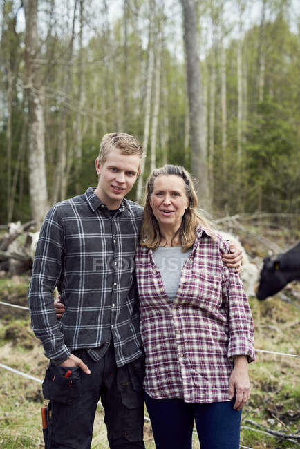 Portrait of mother and son standing on field — Stockfoto
