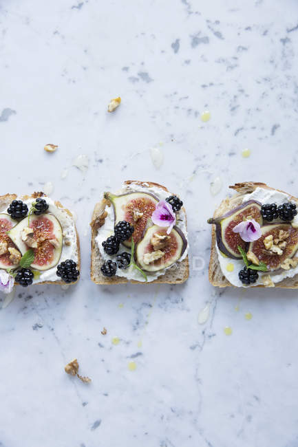 Top view of sandwich with figs and blackberries on marble table — Stock Photo