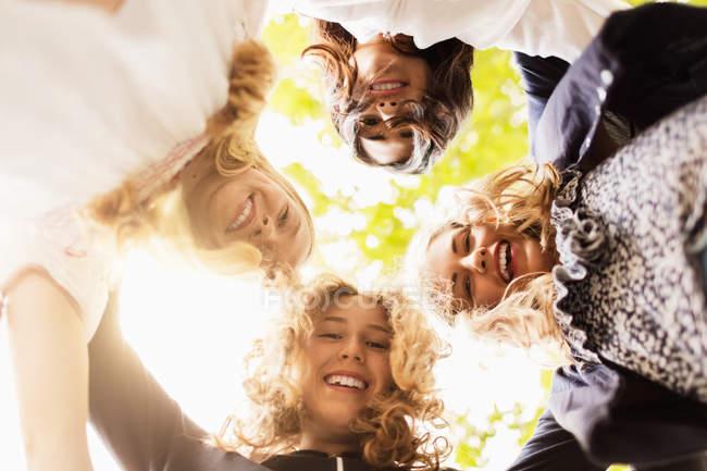 Diretamente abaixo do retrato de meninas felizes que dão forma ao Huddle na jarda — Fotografia de Stock
