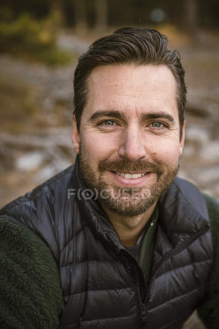 Porträt eines glücklichen Mannes mit Bart, der in die Kamera blickt — Stockfoto